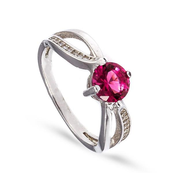 Delikatny pierścionek z okazałą czerwoną cyrkonią